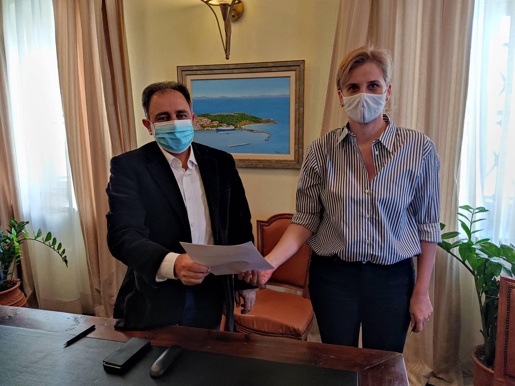 (Από αριστερά προς τα δεξιά) Ο Δήμαρχος Μυτιλήνης, Στρατής Κύτελης και η Αντιπρόεδρος του Δ.Σ. των Παιδικών Χωριών SOS, Αλεξάνδρα Κοντέλλη.
